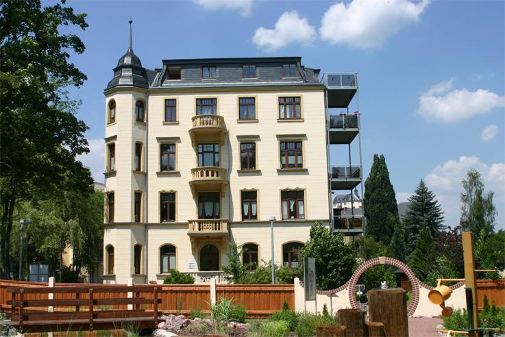 Eingang der Klinik im Leben in Greiz von der Gartenseite