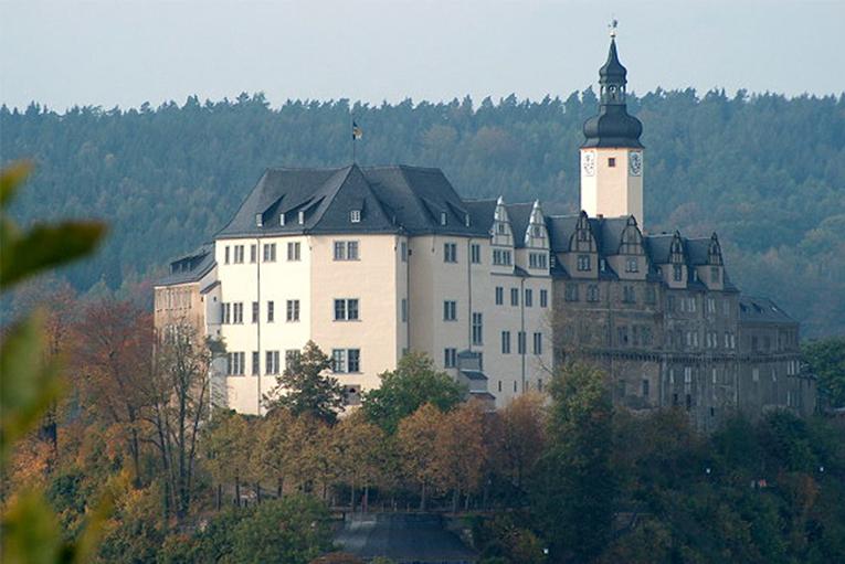 Auf dem Berg thront das obere Schloss über der Stadt Greiz