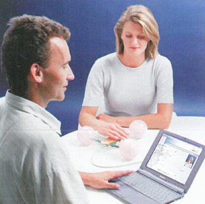 Arzt und Patientin bei Quantec Behandlung