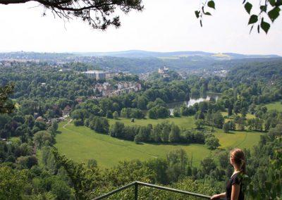 Blick auf Greiz mit dem oberen Stadtschloss sowie der umgebenden LandschaftGreiz im Vogtland - Standort der Praxis Dr. Reuter - Ihr Experte für Entschlackung