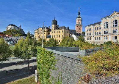 Stadtansicht von Greiz mit dem oberen und unteren Schloss - Greiz im Vogtland - Standort der Praxis Dr. Reuter - Ihr Experte bei der Behandlung von Autoimmunkrankheiten