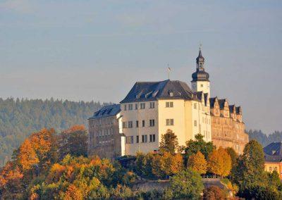 Das obere Schloss von Greiz im Herbst - Greiz im Vogtland - Standort der Praxis Dr. Reuter - Ihr Experte für spezielle Schmerztherapie